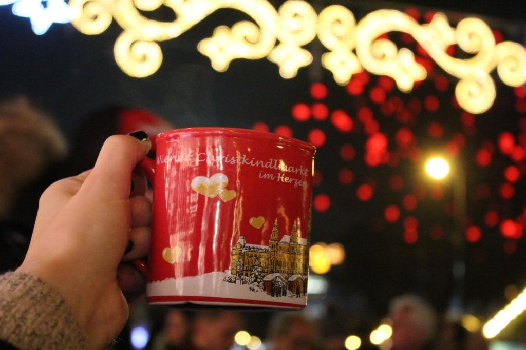 Wiedeński Rathausplatz w okresie bożonarodzeniowym.